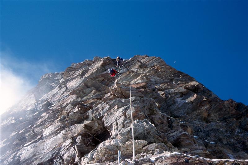 25matterhorn-fixed-ropes-over the-shoulder